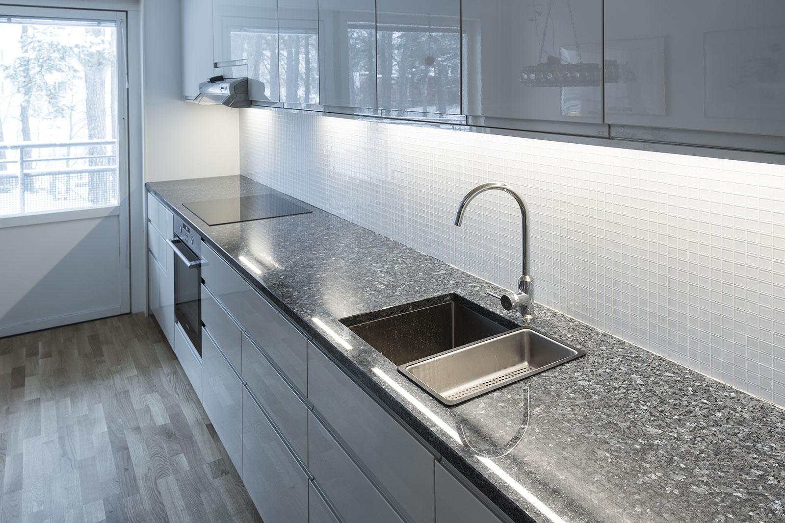 k chenarbeitsplatten arbeitsplatten aus stein k chen und badezimmergranitop. Black Bedroom Furniture Sets. Home Design Ideas